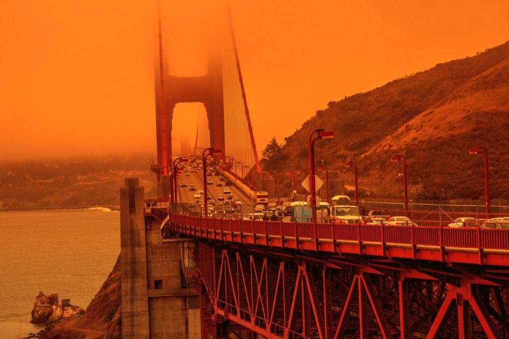 Goldengate bridge in oranje gloed van de bosbranden