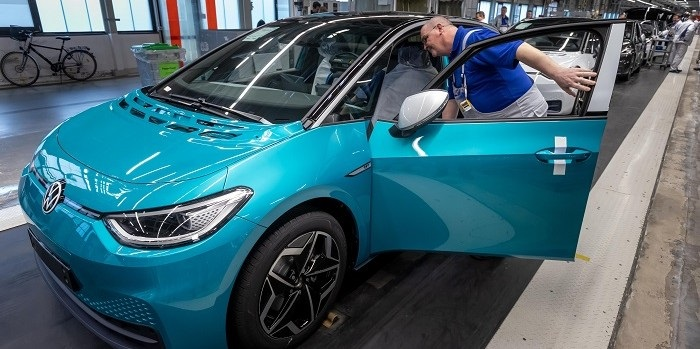 Volkswagen steekt Tesla naar de kroon