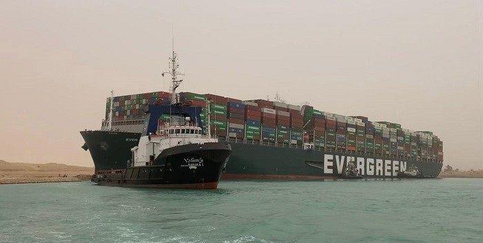 Olieprijzen lopen hard op door blokkade Suezkanaal