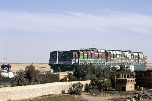 Het duurt nog dagen voor file bij Suezkanaal opgelost is